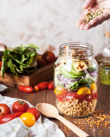 Bunter Salat in einem großen Glas