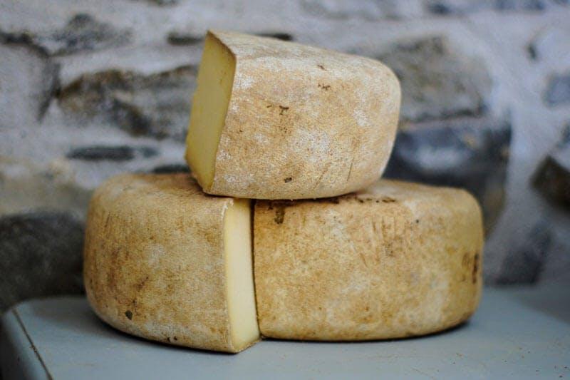 Käse, wie zum Beispiel Emmentaler, enthält viel L-Lysin.
