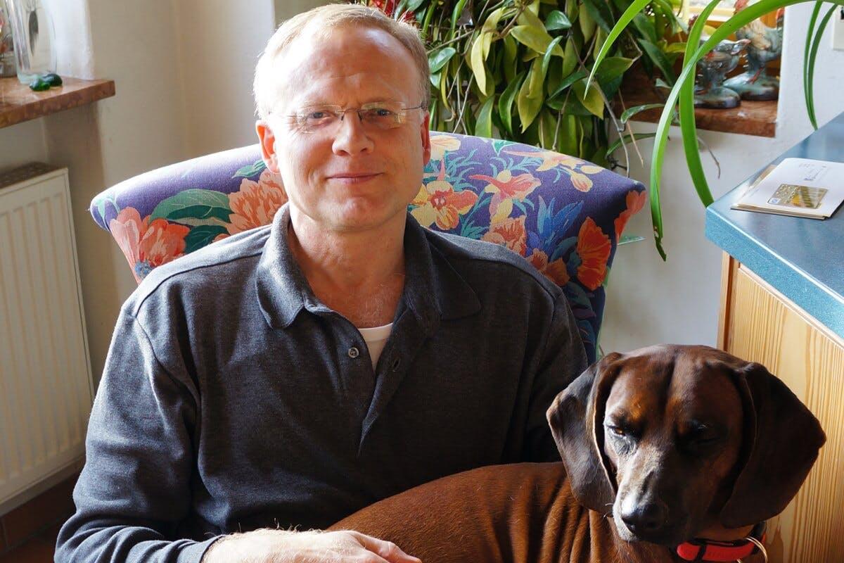 Uwe Gröber mit seinem Hund