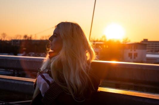 Vitamin D - Frau in der Abendsonne