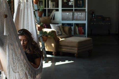 Mädchen liegt in einer Hängematte und entspannt sich
