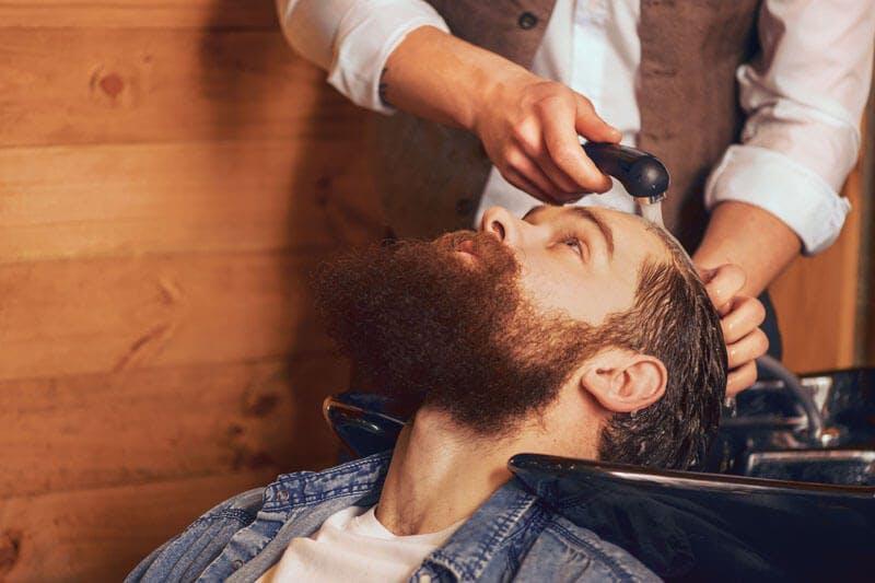 Fehler bei der Haarpflege sollte man unbedingt vermeiden  - so auch das zu häufige Waschen des Haares.
