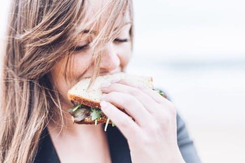 Mädchen was ein glutenfreies Sandwich isst