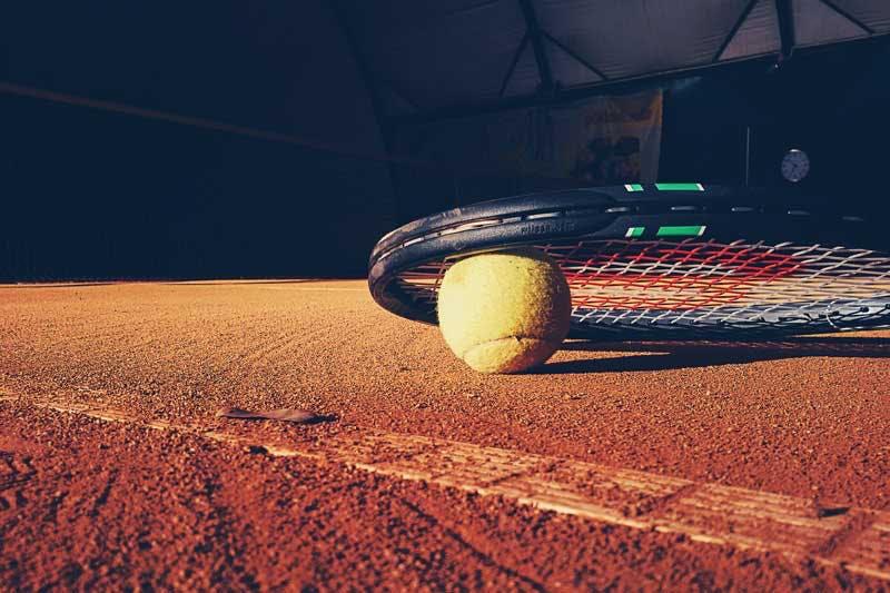 Auch durchs Tennispielen kann ein erhöhter Eisenbedarf entstehen.