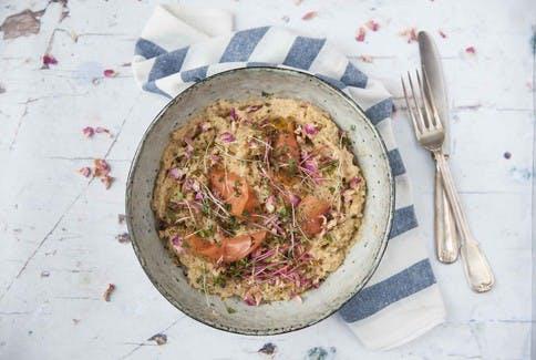 Lachsforelle mit Pastinaken-Püree und Sprossen als ideale Mahlzeit, um den Omega-3-Bedarf zu decken.