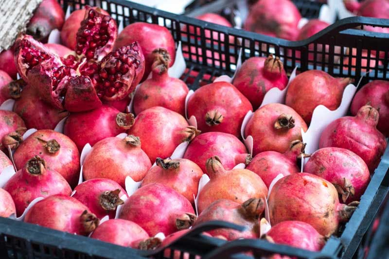 Granatäpfel enthalten viele wichtige Vitamine und Spurenelemente und versorgt uns dadurch gut mit Mikronährstoffen.