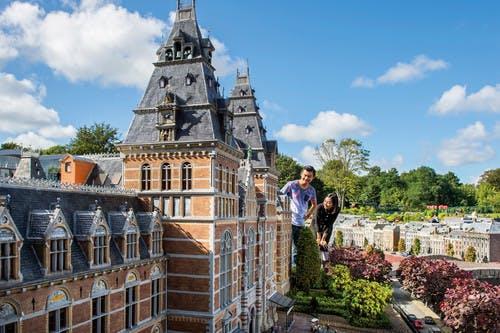 Bezoekers in attractiepark Madurodam in Den Haag