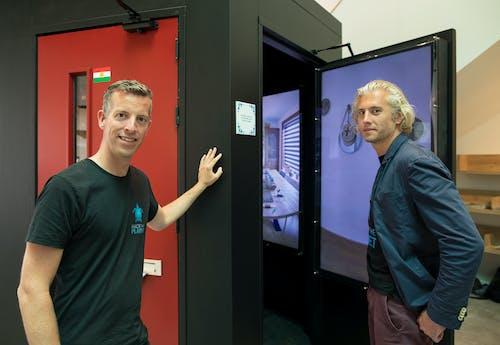 """Thijs en Tim van Hack The Planet bij de installatie """"Achter de voordeur"""""""