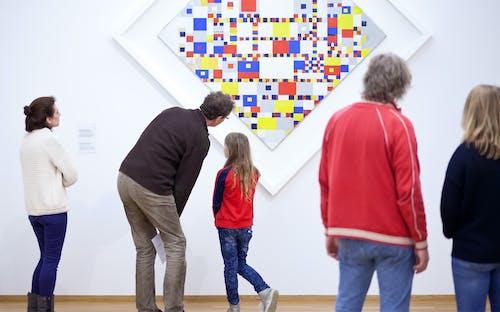 """Bezoekers voor Mondriaans """"Victory Boogie Woogie"""" in Kunstmuseum Den Haag"""