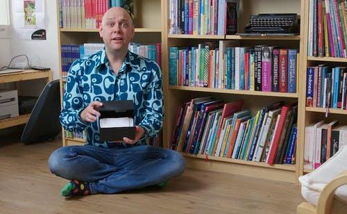 Auteur Jozua Douglas in zijn schrijfkamer