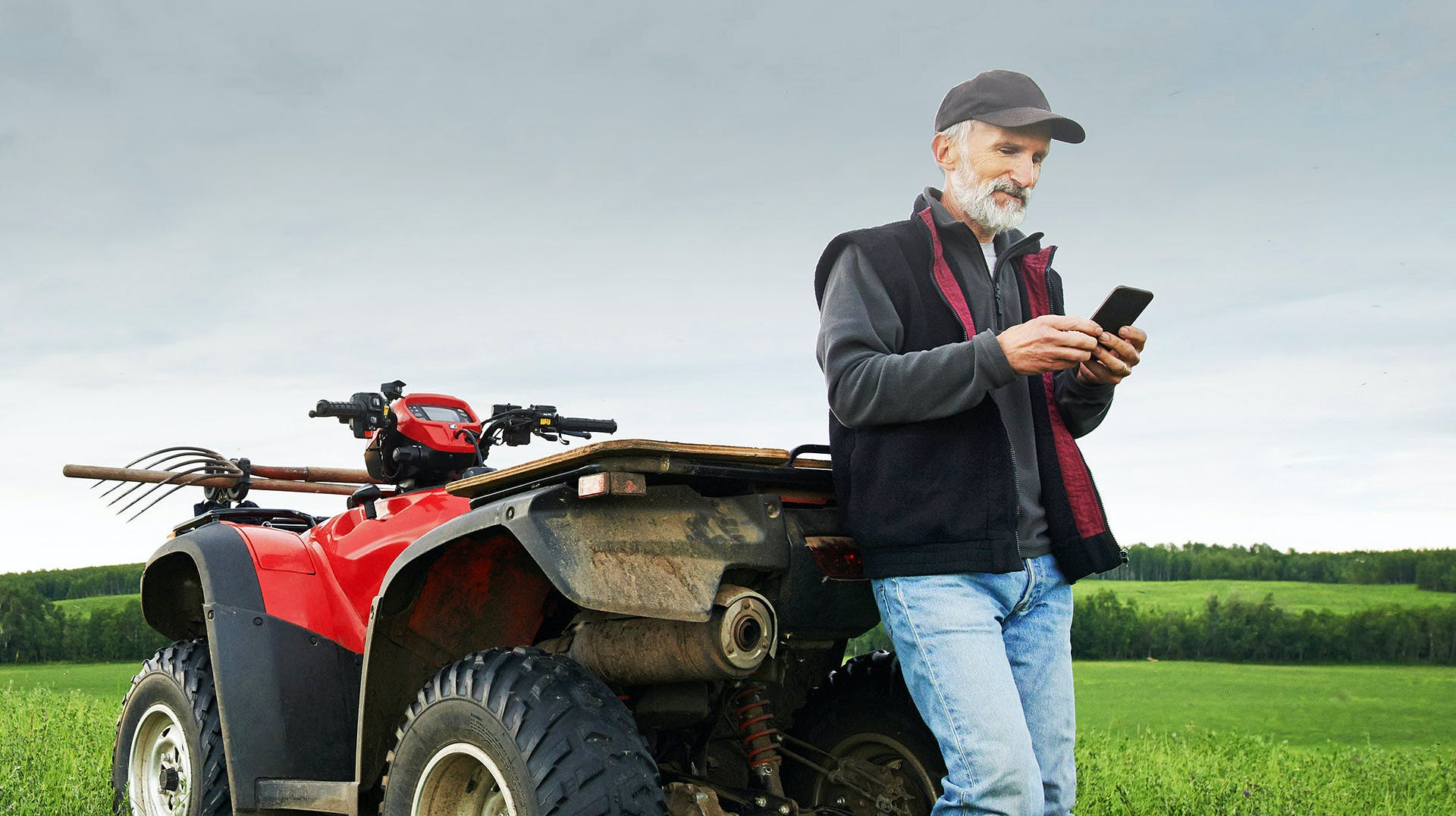Agrariër met kleine trekker aan het werk
