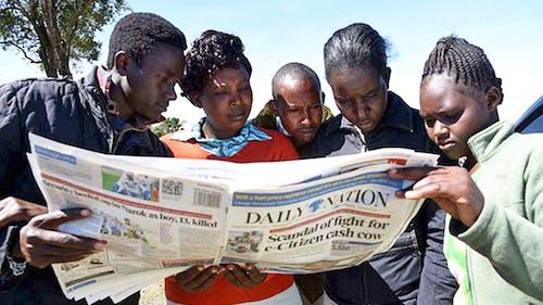 Mensen lezen de Keniaanse krant Daily Nation