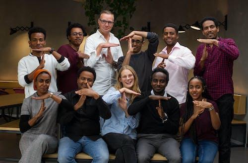 Eritreeërs met mensen van de Travis Foundation