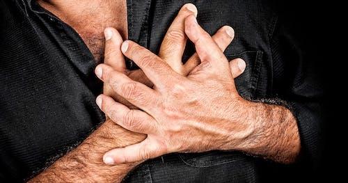 Man met handen op het hart