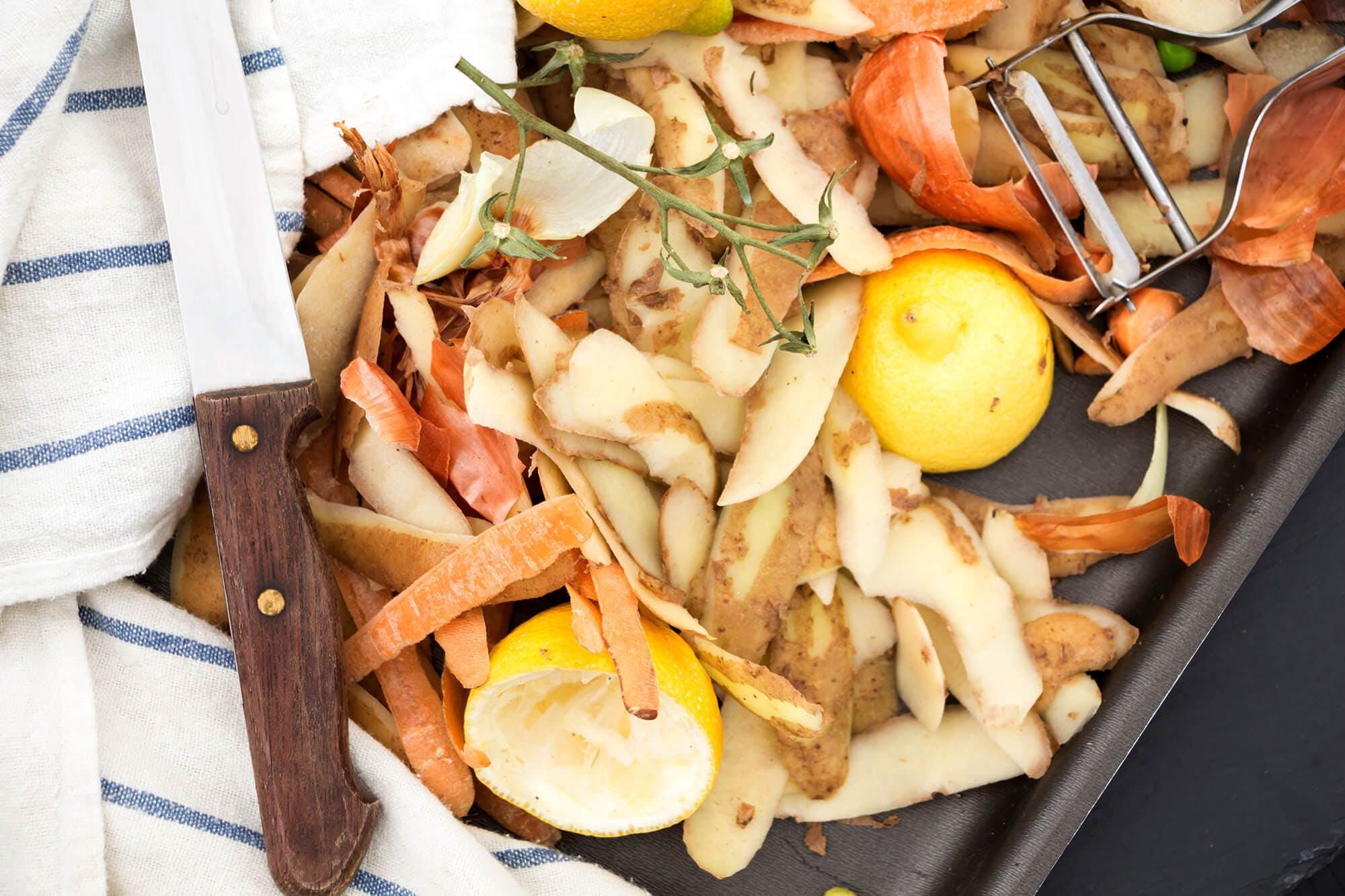 Residuos orgánicos en una mesa con un cuchillo