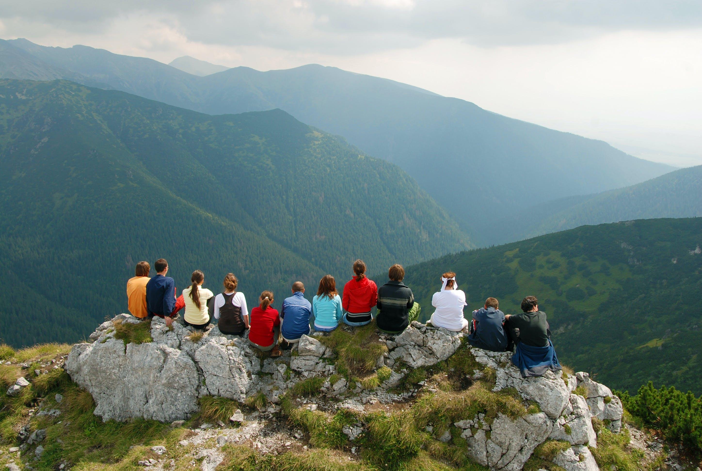 Reunión de personas en la cima de una montaña