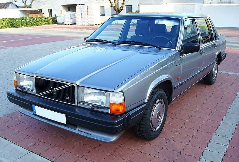 Ein Volvo 740 von vorne
