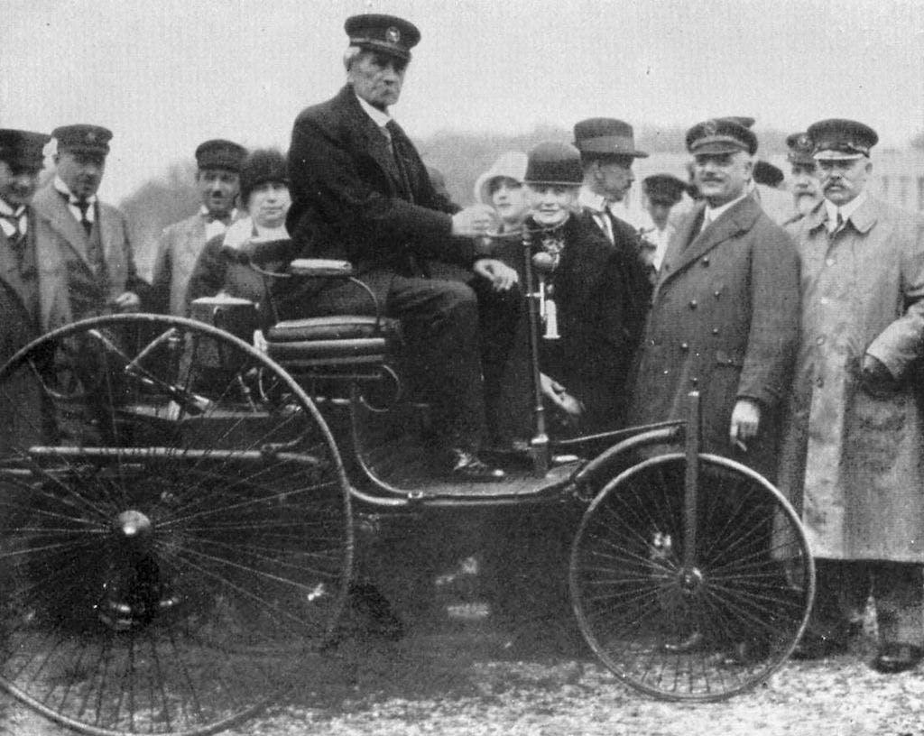 Carl Benz auf seinem Patent-Motorwagen I.