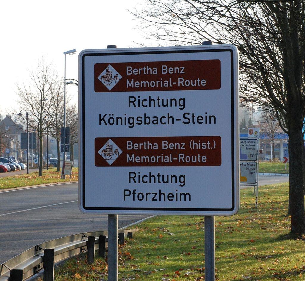 Ein Straßenschild, das auf die Bertha Benz Memorial Route verweist.