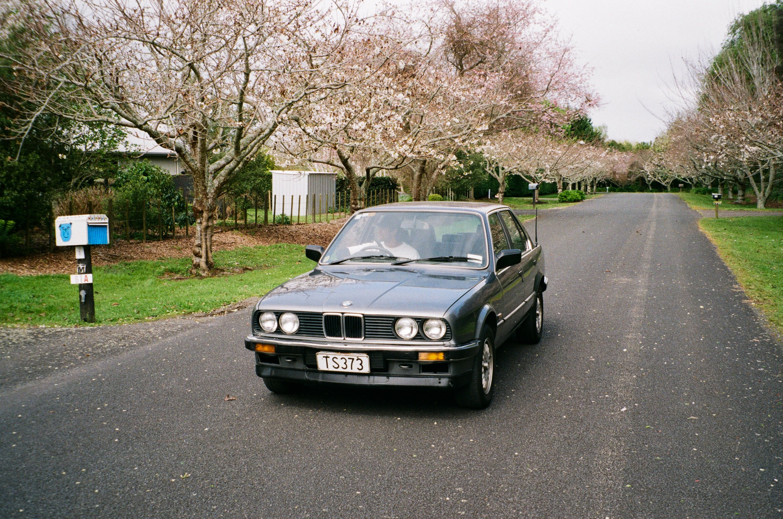 Ein BMW 3er E30 von vorne.