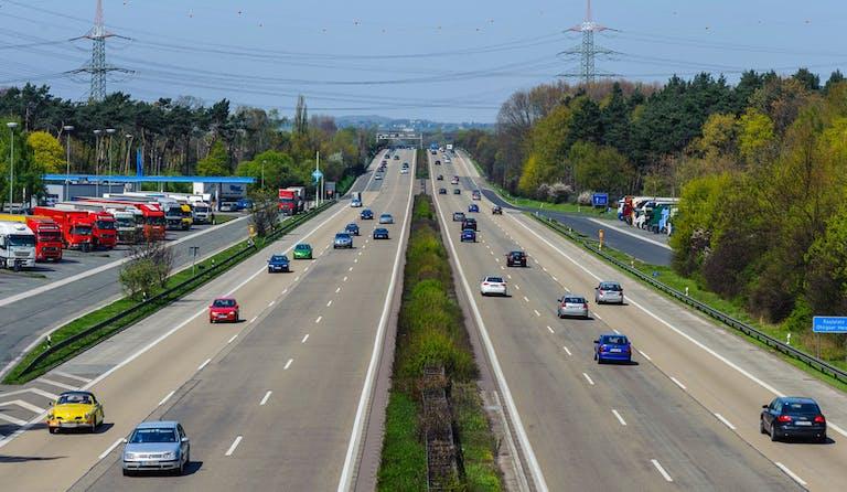 Deutsche Autobahn mit wenig Verkehr.