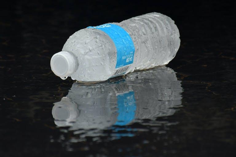 Eine eiskalte Flasche Wasser.
