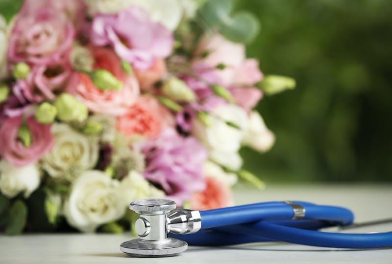 Warum in das Krankenhaus Blumen liefern lassen? Mit Regionsflorist wunderschöne Blumen verschicken banner.