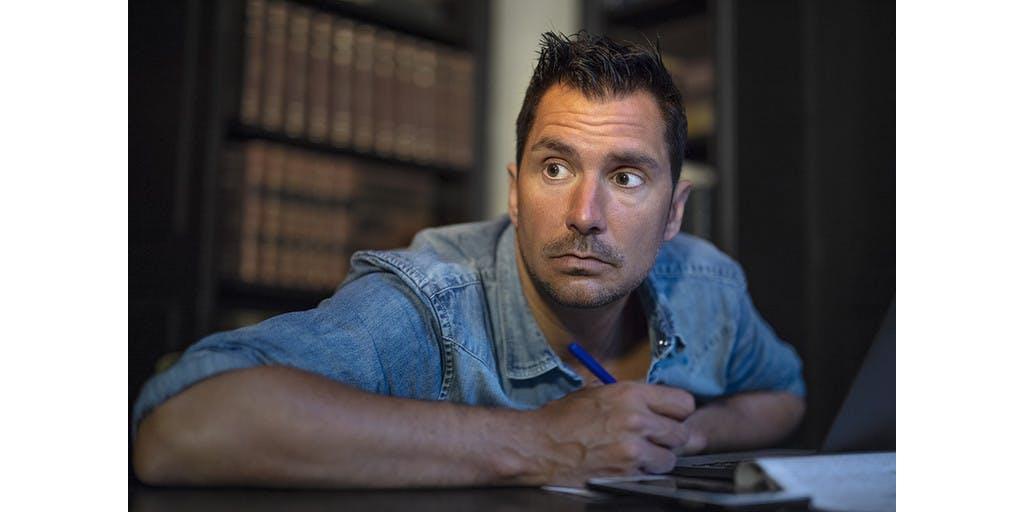 Guido Weijers sleurt zichzelf en publiek ver buiten comfort-zone tijdens Oudejaarsconference