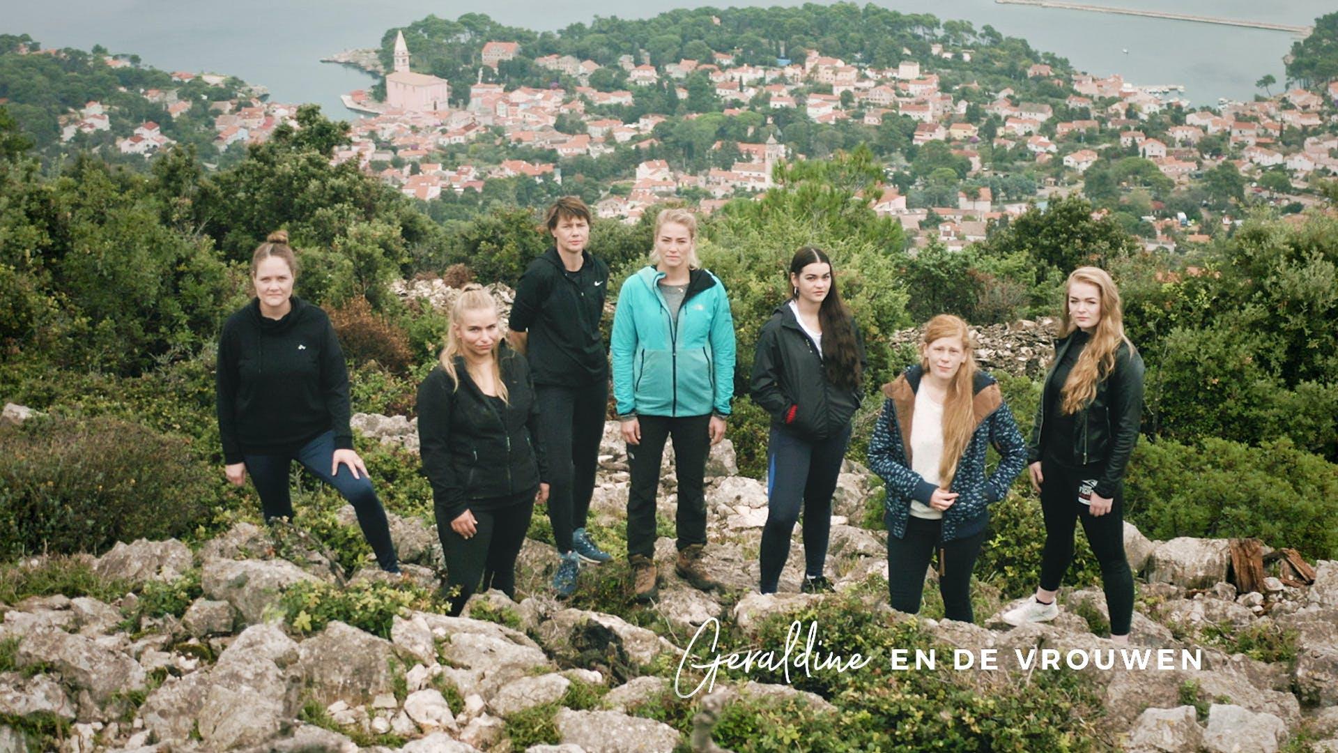 vlnr.: Jorien (36), Lynn (30), Marina (49), presentatrice Geraldine Kemper, Loïs (24), Hannah (28) en Anne (22)