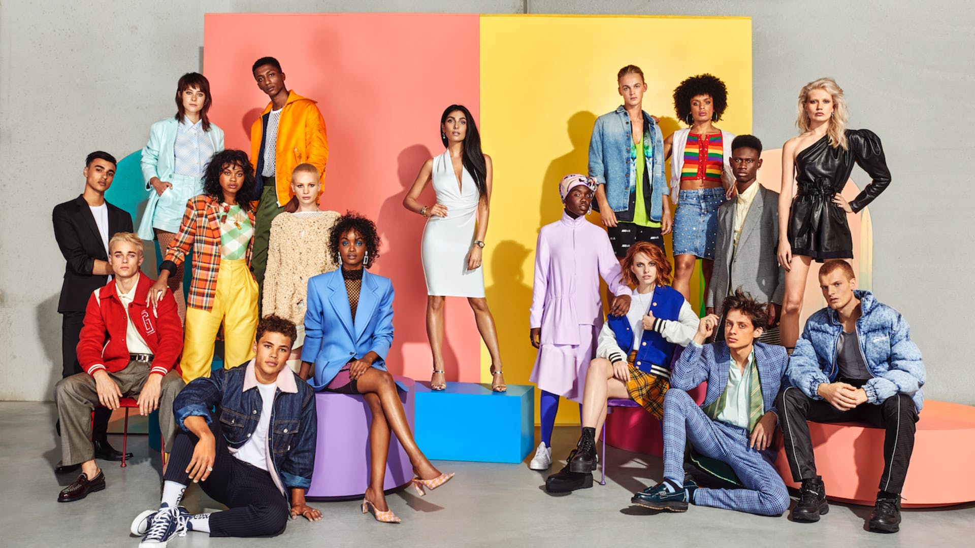 Deze 16 kandidaten strijden om de titel Holland's Next Top Model 2019, met in het midden presentatrice Anna Nooshin