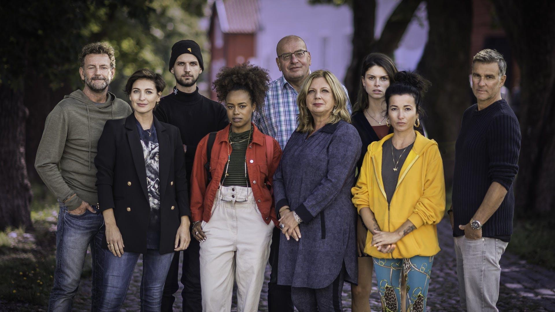 Vlnr: Kluun, Vivienne van den Assem, Kaj van der Ree, Eva Cleven, Fred Teeven, Loretta Schrijver, Bo Maerten, Birgit Schuurman en Viggo Waas.