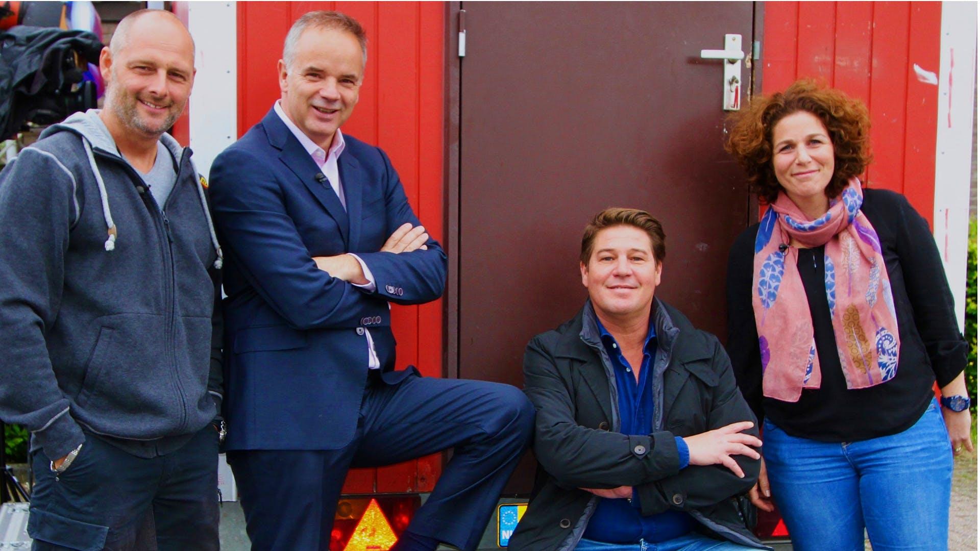 Van links naar rechts: Bouwadviseur Duncan Abrahams, makelaar Alex van Keulen, presentator Martijn Krabbé en budgetcoach Suzanne van Weerd