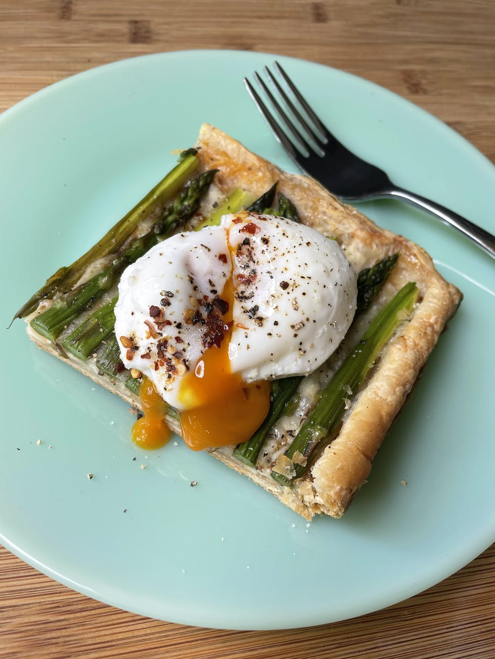 asparagus tart with poached egg on top
