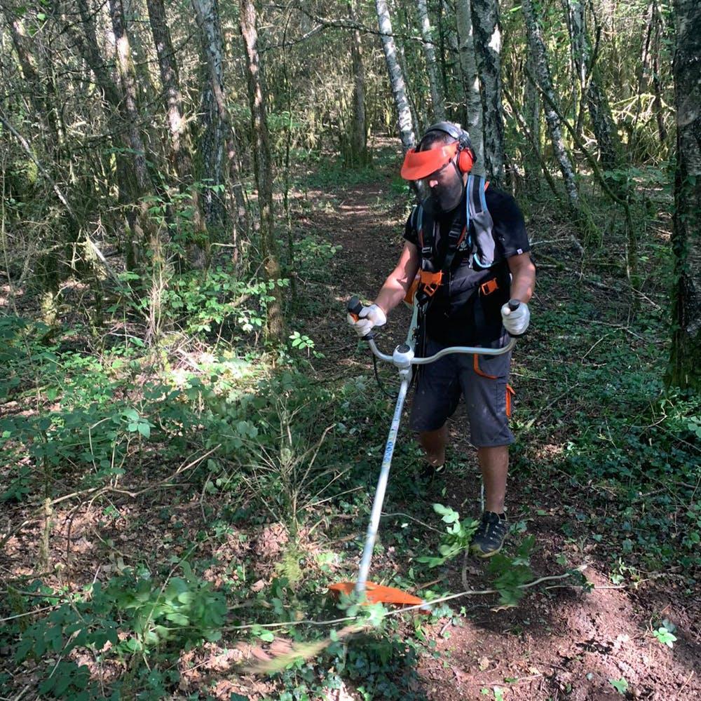 Enduro Jura trail maintenance in Saint-Claude - Clearing weeds to widen trail