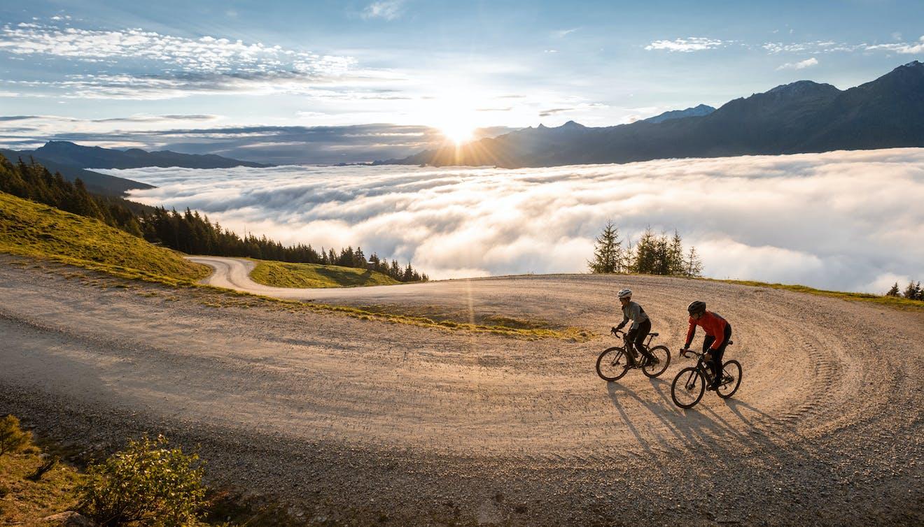 zwei Biker in den Bergen