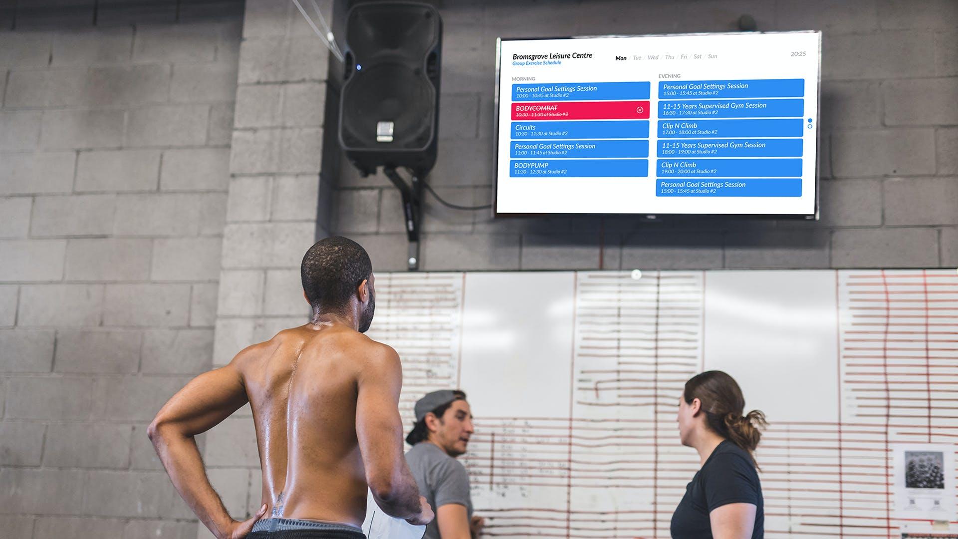 digital signage usado para identificar aulas: uma das 8 ideias para promover um ginásio
