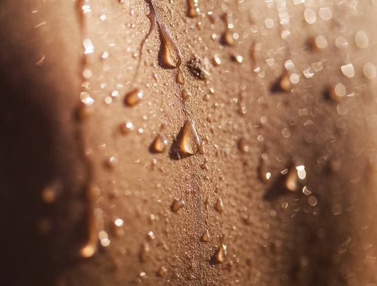 L'impact de l'eau tiède en surface agit sur le système nerveux pour l'apaiser. L'eau tiède apporte un sentiment de détente.