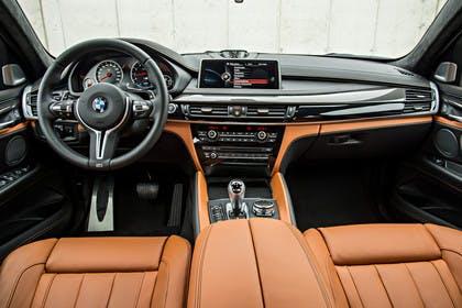 BMW X6 M F16 Innenansicht zentral Studio statisch hellbraun