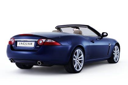 Jaguar XK Cabriolet X150 Studio Aussenansicht Heck schräg blau