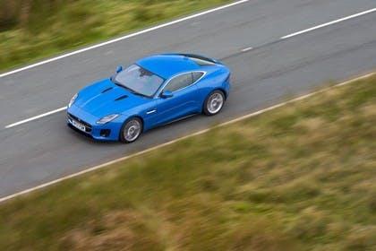 Jaguar F-Type Coupé QQ6 Aussenansicht Seite schräg erhöht dynamisch blau