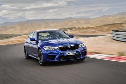 BMW M5 F90 Aussenansícht Front schräg dynamisch blau