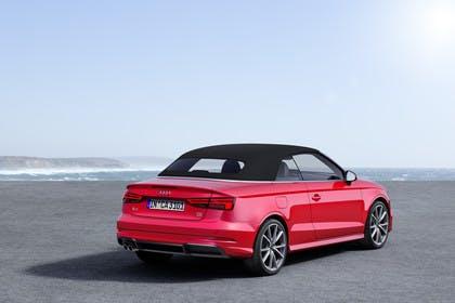 Audi A3 8V Cabrio Aussenansicht Heck schräg  Dach geschlossen statisch rot