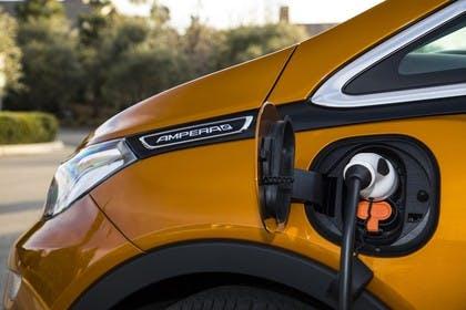 Opel Ampera-e Aussenansicht Seite Detail Ladestecker statisch gold