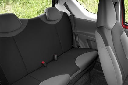 Peugeot 107 P Dreitürer Innenansicht statisch Rücksitze