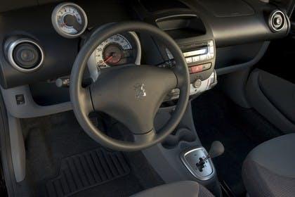 Peugeot 107 P Fünftürer Innenansicht statisch Studio Vordersitze und Armaturenbrett fahrerseitig
