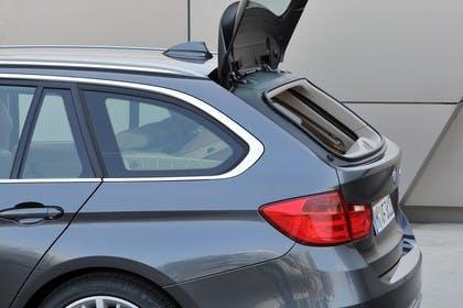 BMW 3er Touring F31 Aussenansicht Detail geteilte Heckklappe Glasscheibe offen statisch grau