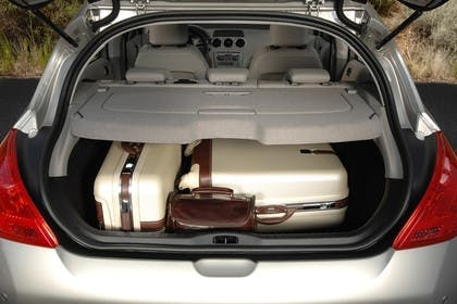 Peugeot 308 Fünftürer Aussenansicht Heck sKofferraum geöffnet statisch silber