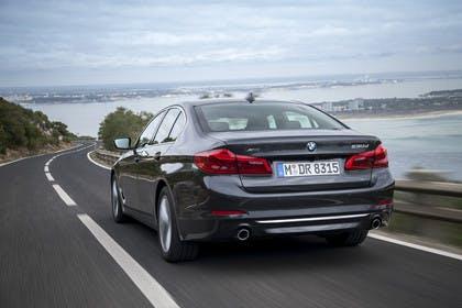 BMW 5er G30 Aussenansicht Heck schräg dynamisch grau