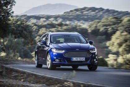 Ford Mondeo Turnier Mk5 Front schräg dynamisch blau