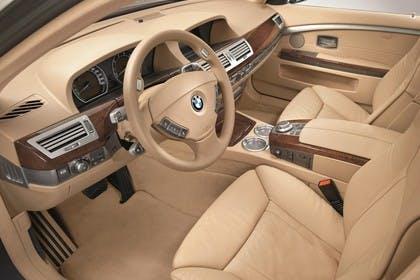 BMW 7er Limousine E65 LCI Innenansicht statisch Studio Vordersitze und Armaturenbrett fahrerseitig